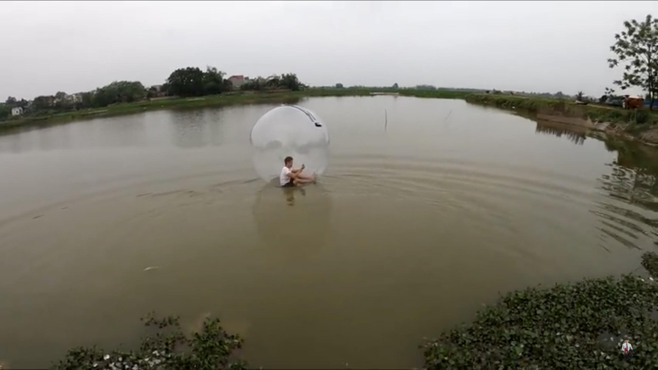 Bóng đi bộ dưới nước