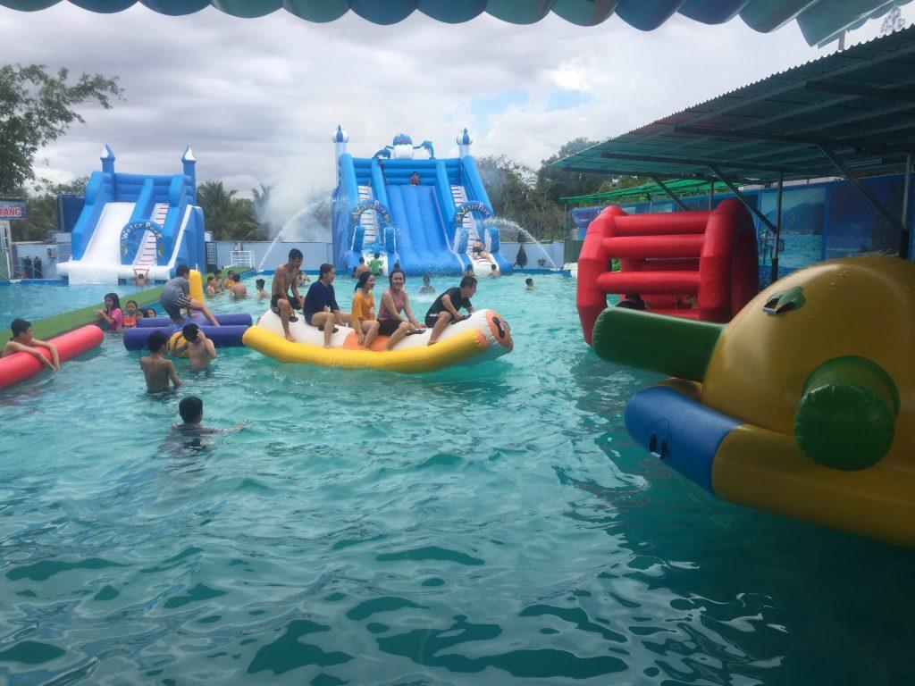 Khu vui chơi bơm hơi liên hoàn dưới nước